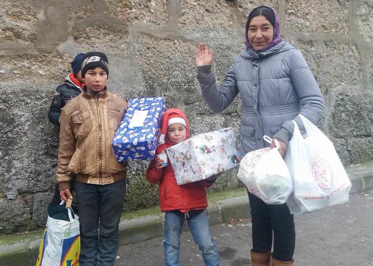 200 de pachete cu alimente, haine, încălțăminte, cărți și jucării