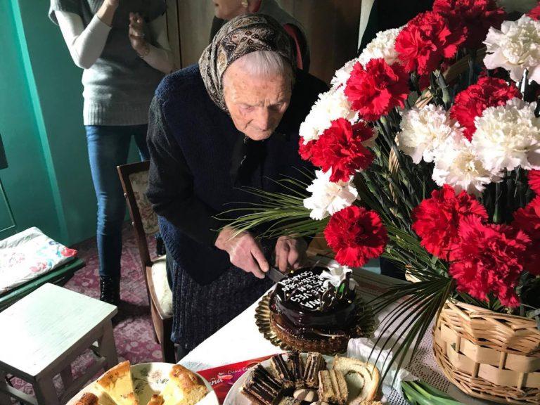 """Asociația """"Aici pentru Tine"""" alături de doamna Anna, la împlinirea a 103 ani!"""
