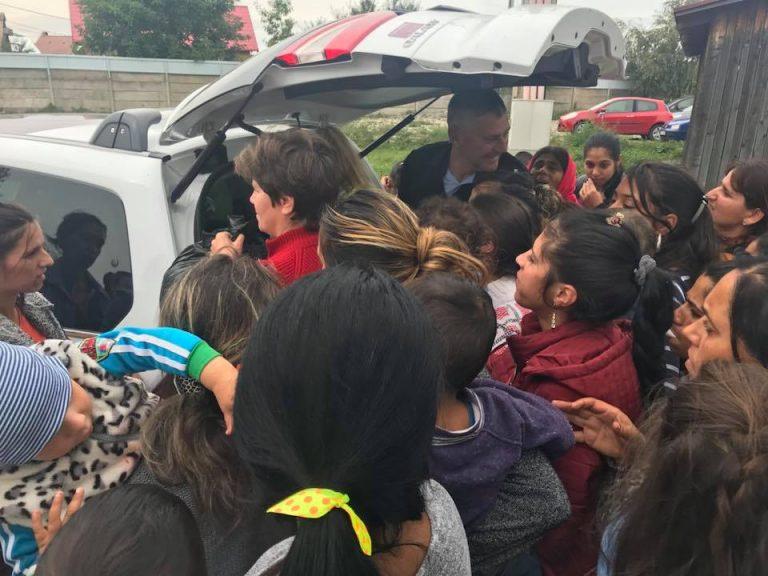 Zeci de saci cu donații au fost împărțiți familiilor nevoiașe din Tărlungeni