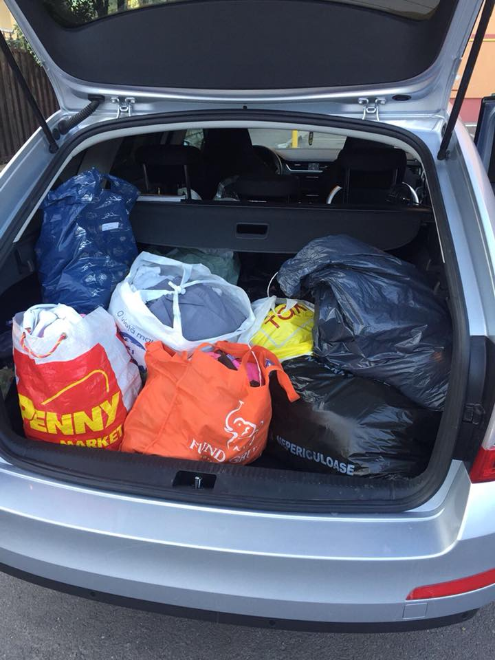 """Suntem """"Împreună de Sărbători""""! Trei mașini încărcate cu haine, au ajuns deja la beneficiarii Asociației"""