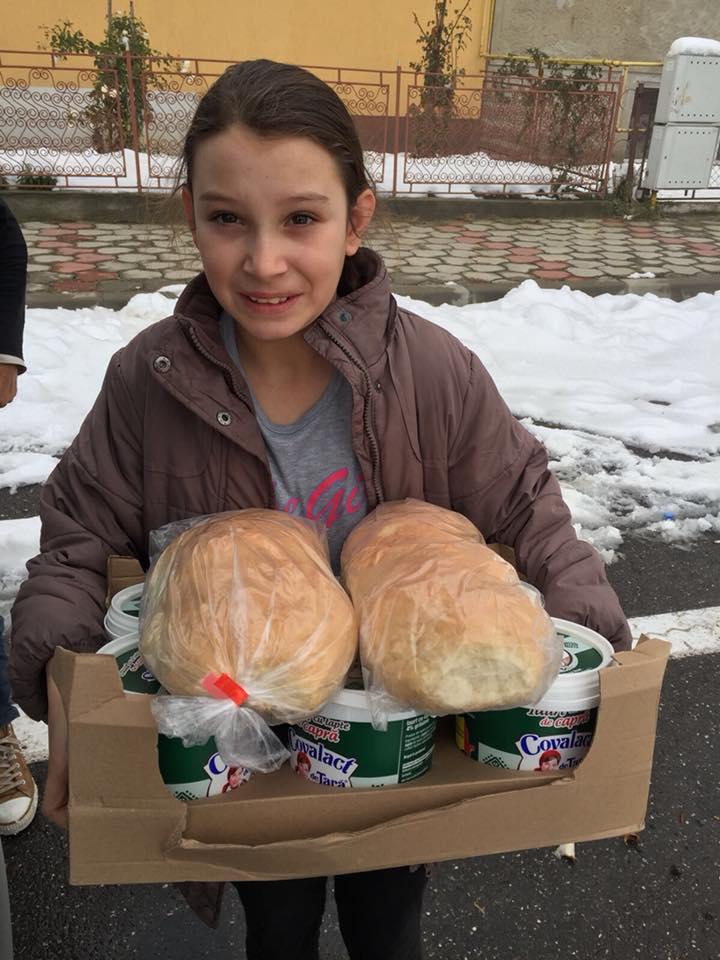 Sute de produse lactate, pâine, dar și haine și pături, au ajuns la beneficiarii Asociației