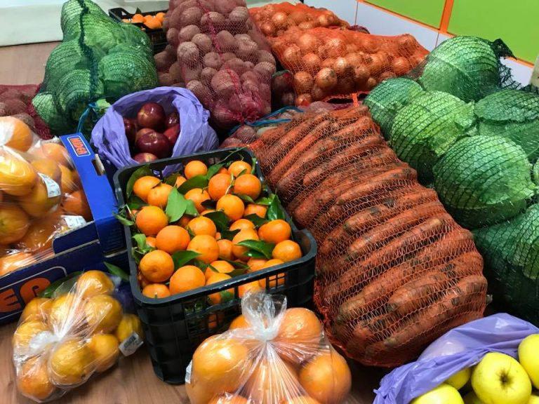 """Zeci de kilograme de legume și fructe, dar și pachete cu haine, donate în cadrul Campaniei """"Împreună de Sărbători"""""""