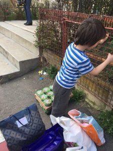 Peste 100 de familii nevoiașe și bătrâni din Apața, județul Brașov, au primit pachete cu alimente